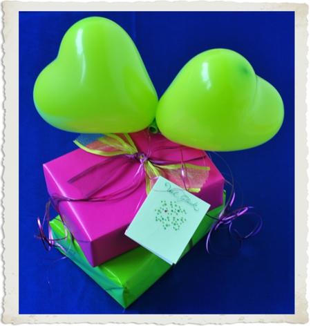 Geschenkdekoration mit kleinen Herzluftballons