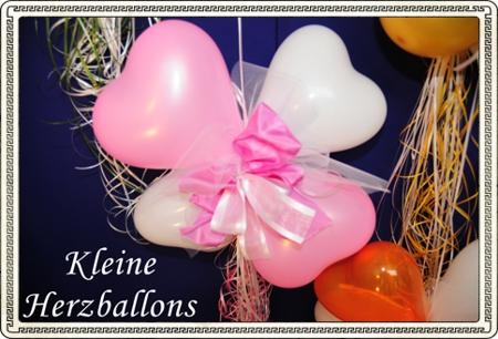 kleine herzluftballons dekoriert mit zierschleife zur hochzeit